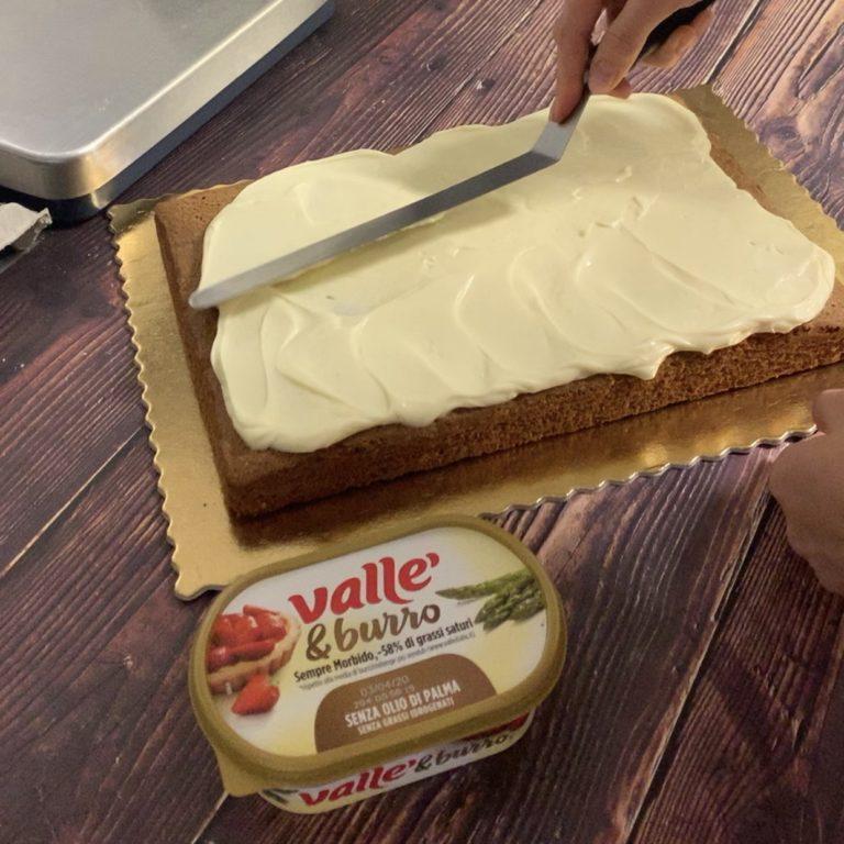 Quando soffice e spumoso versare sulla torta e livellare la superficie.