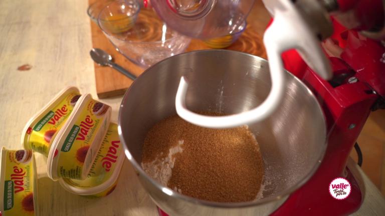 Versate nella ciotola dell'impastatrice le farine, lo zucchero e il lievito.
