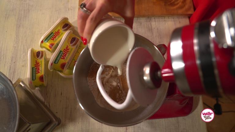 Unite Naturalmente Vallé, il latte e il succo di arancia. Azionate la macchina e aggiungete man mano il resto degli ingredienti avendo cura di farli amalgamare per bene.