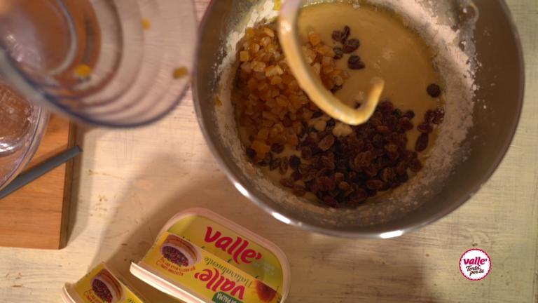 Per ultimi aggiungete i canditi e l'uvetta precedentemente ammollata nel rum o in acqua fredda.