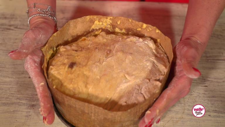 Trasferitelo nell'apposito stampo di carta e lasciate lievitare nel forno spento finché non supera lo tampo. Ci vorranno circa 2 ore. Trascorse le due ore il vostro panettone senza burro dovrà raddoppiare di volume. Cospargete il panettone con lo zucchero a velo e le mandorle. Infornate il panettone a 180 gradi per 45 minuti.