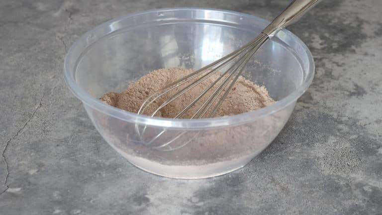 Accendete il forno a 180°C. Miscelate in una ciotola farina, zucchero, cacao e lievito, mescolando con una frusta per eliminare tutti i grumi