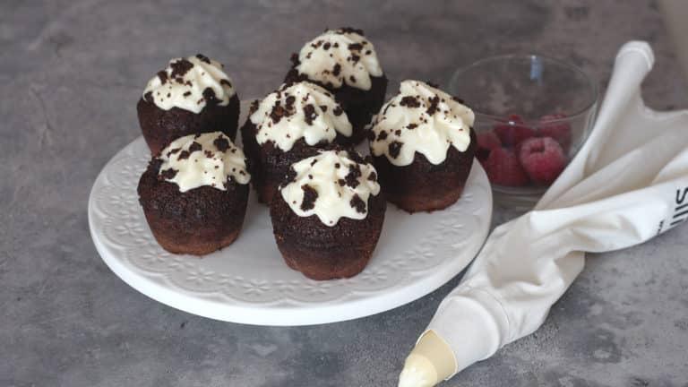 Mentre i cupcakes cuociono preparate il frosting. Montate con una frusta Vallé Naturalmente ammorbidita con i semi della bacca di vaniglia e lo zucchero a velo, aggiungendolo poco per volta. Mettete il frosting a riposare in congelatore fino a quando i cupcakes saranno a temperatura ambiente, quindi tagliate loro la punta per renderla piatta e ricopritela a piacere con il frosting