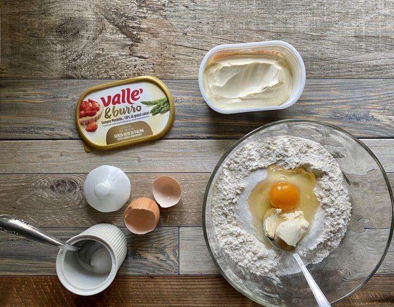 Su una spianatoia disporre la farina, il lievito, il sale e lo zucchero, Vallé&Burro e le uova