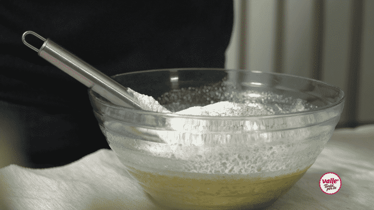 Unite le farine e il lievito e lavorate l'impasto con una spatola