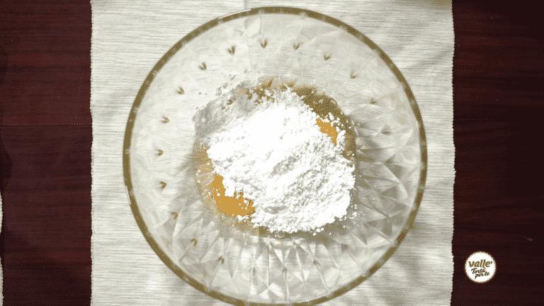 Montate le uova con lo zucchero a velo