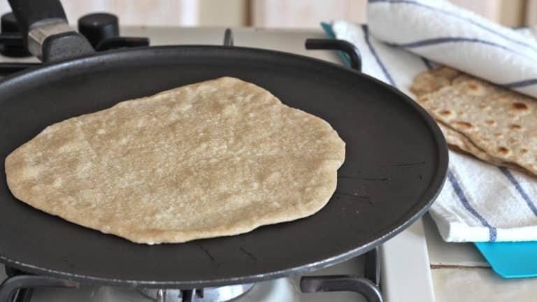 Cuocete ogni disco su una piastra antiaderente ben calda a fuoco medio, fino a che ambo i lati sono ben dorati