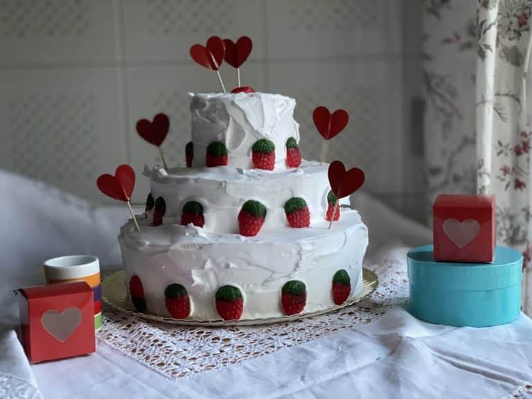Quindi decorare la torta con panna e fragoline (gommose o fresche)