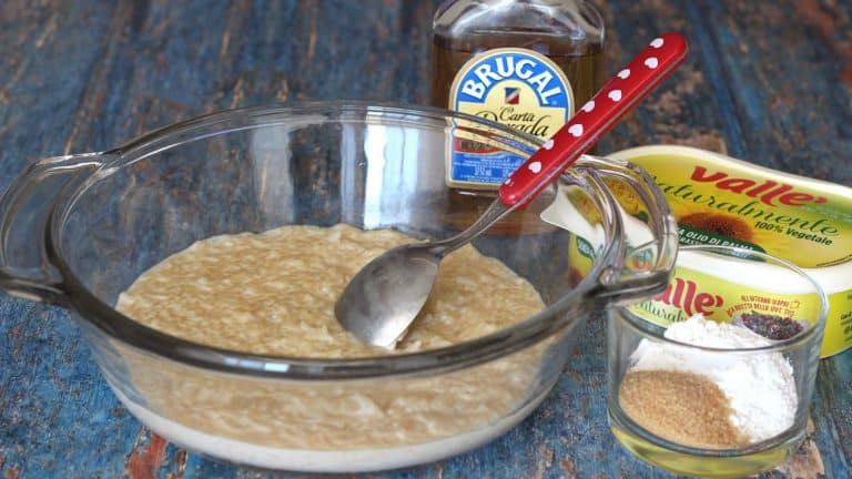 Mettete in un pentolino il riso con la bevanda vegetale e la stecca di vaniglia, portate a bollore e fate cuocere a fuoco lento per 30 minuti. Versate il riso cotto in una ciotola e mentre raffredda preparate gli altri ingredienti