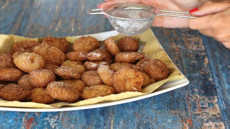 Scolate man mano le frittelle su carta gialla o assorbente e, una volta raffreddate, spolveratele di zucchero a velo, quindi servite.