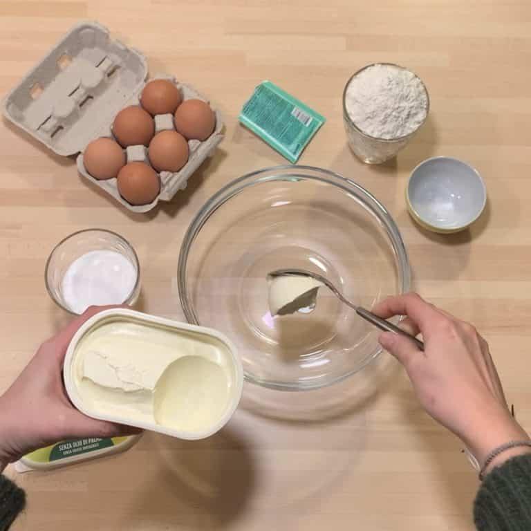 Uniamo in una ciotola Vallé Naturalmente e miscelare insieme allo zucchero e alla scorza di limone<br />
