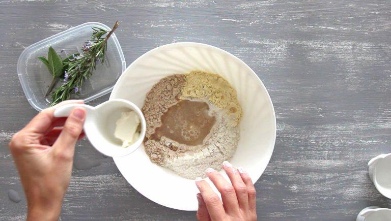 Mescolate in una ciotola le farine con il sale e il bicarbonato. Formate un buco al centro e versateci l'acqua e Vallé Omega 3 ammorbidita