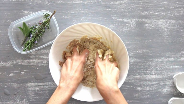 Unite le erbe aromatiche ed impastate con le mani fino a ottenere un panetto compatto