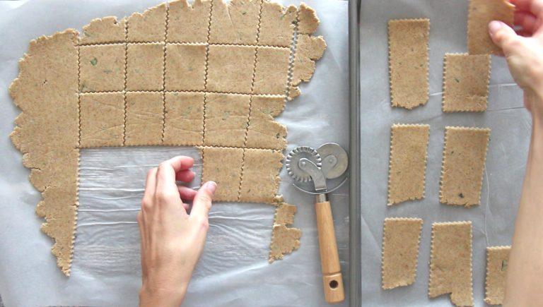 Tagliatelo con un coppapasta o una rotella per ottenere i crackers. Adagiate i crackers su una teglia ricoperta con carta forno e cuoceteli nel forno caldo per 15 minuti