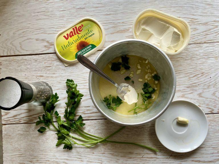 In una pentola che si può mettere in forno mettere la Vallé Naturalmente, l'aglio spezzettato e il prezzemolo tritato
