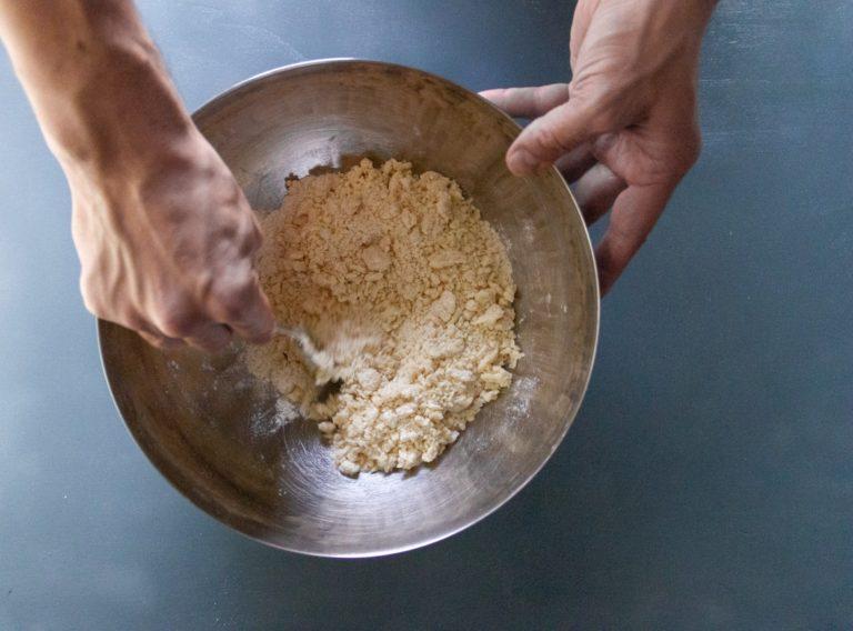 Mixare a mano farina, lievito, sale e zucchero in una planetaria, aggiungere a freddo Vallé Naturalmente e impastare velocemente