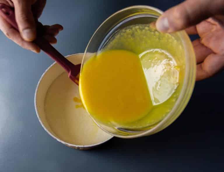 Bollire 400 ml del sostituto vegetale del latte e a parte mischiare tutti gli ingredienti in una ciotola aggiungendo la parte restante del sostituto vegetale del latte. Versare il composto nel sostituto vegetale del latte e portare a 80 gradi (non deve rapprendere)