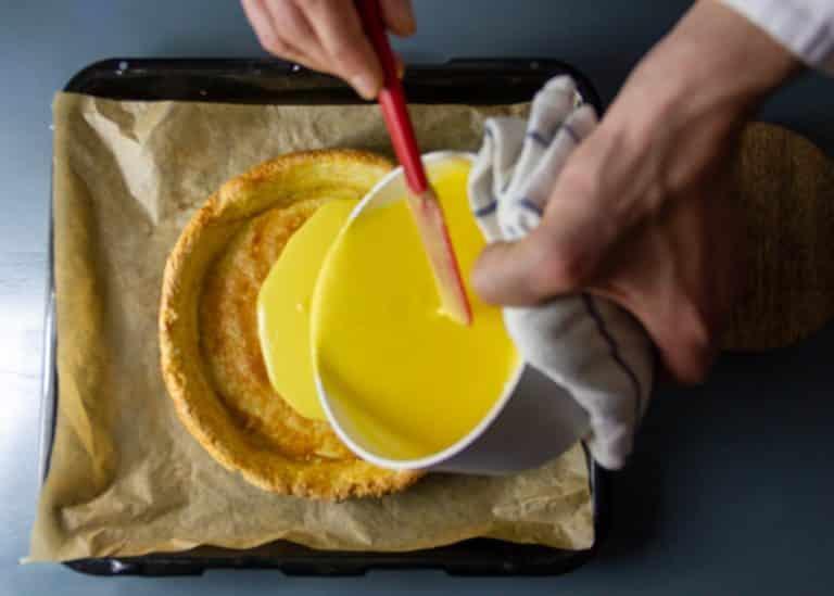 Versare la crema al limone e infornare nuovamente a 130° per 50 minuti in forno ventilato (140° nel forno statico)