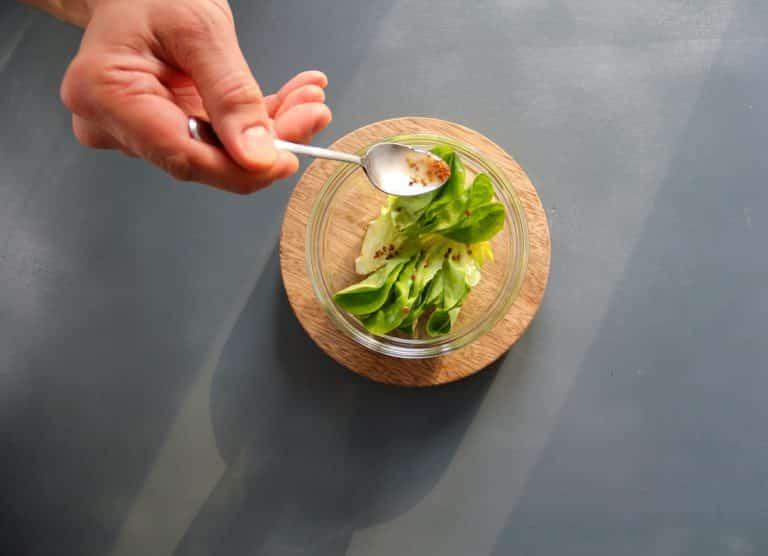 Mettere olio di semi, il succo del limone, la senape, il miele e un pizzico di sale in un contenitore alto e frullare ottenendo così la citronette
