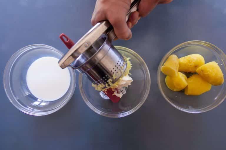 Bollire le patate con la pelle, spelarle e passarle con il passaverdure