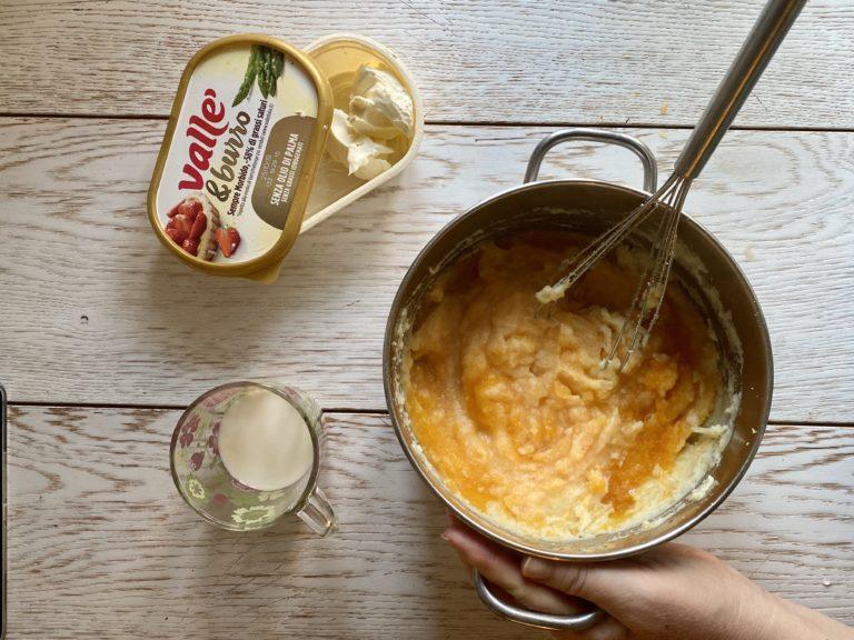 Accendere il fornello al minimo. Aggiungere il latte caldo, Vallé&Burro e mescolare per renderlo cremoso
