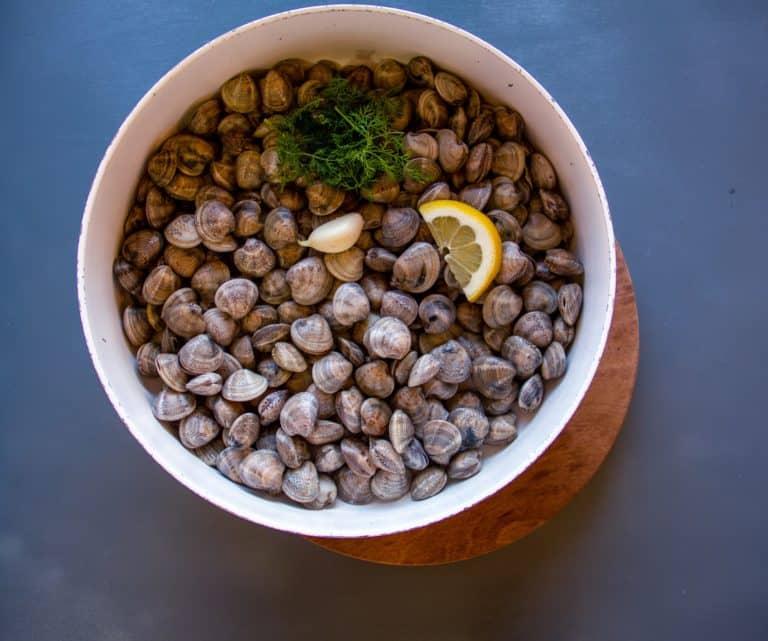 Aprire i lupini mettendoli in padella a freddo con con aglio, limone, patata a fettine fini, poco peperoncino e 50 ml di acqua, cuocere a fuoco medio fino all'apertura. Estrarre i lupini dalla pentola e cuocere il sughetto per 5 minuti in modo che con la patata si possa frullare
