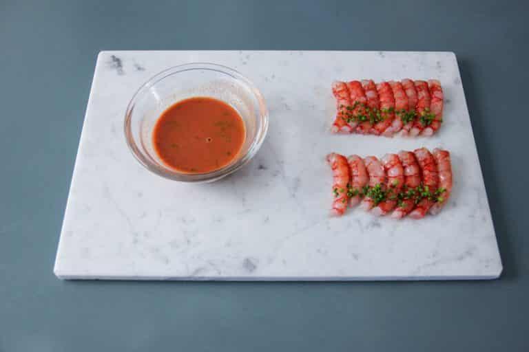 Filtrare in un pentolino il succo delle teste di gambero e cuocerle come una salsa inglese (portare l'estratto a 82° poi aggiustare di sale, pepe, scorza di lime)