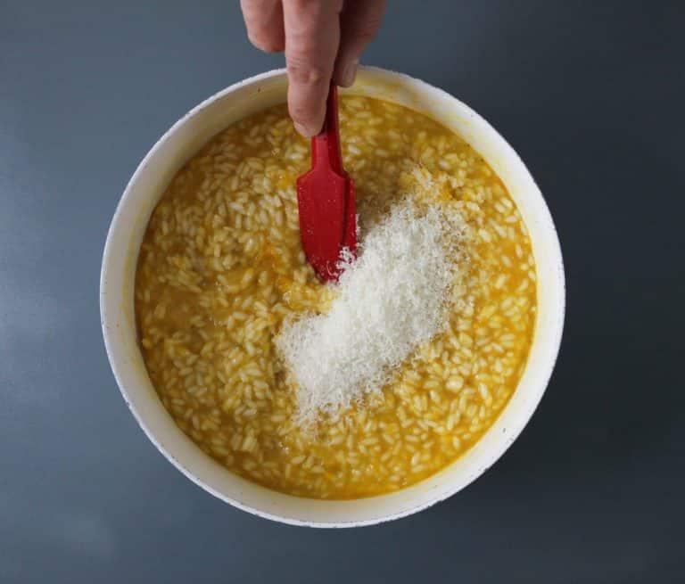 Aggiungere il pomodoro giallo 1 minuto prima di fine cottura. Mantecare con Vallé Naturalmente e grana padano
