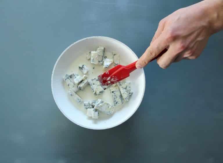 Mettere il gorgonzola e l'alternativa vegetale alla panna in un pentolino e far fondere a fuoco dolce il formaggio usando un lecca pentole