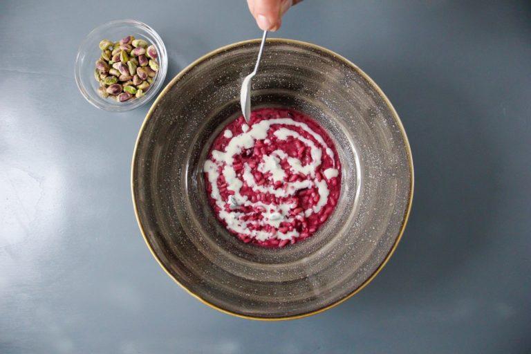 Impiattare ultimando con la fonduta di gorgonzola piccante e i pistacchi al sale