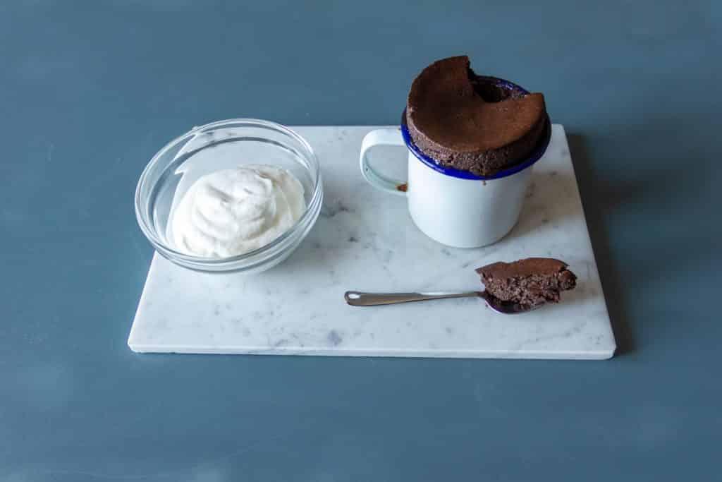 Soufflé al cioccolato salato, panna fresca alla vaniglia