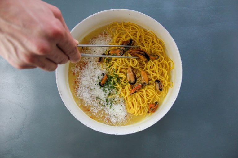 Tagliolini di pasta fresca, cozze, zafferano ed erba cipollina - Step 7