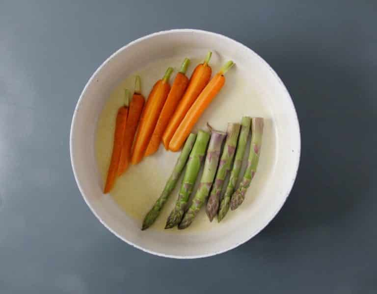 Mettere gli asparagi e le carote in una pentola con 80 g di Vallé Naturalmente, coprire e cuocere per circa 10 minuti