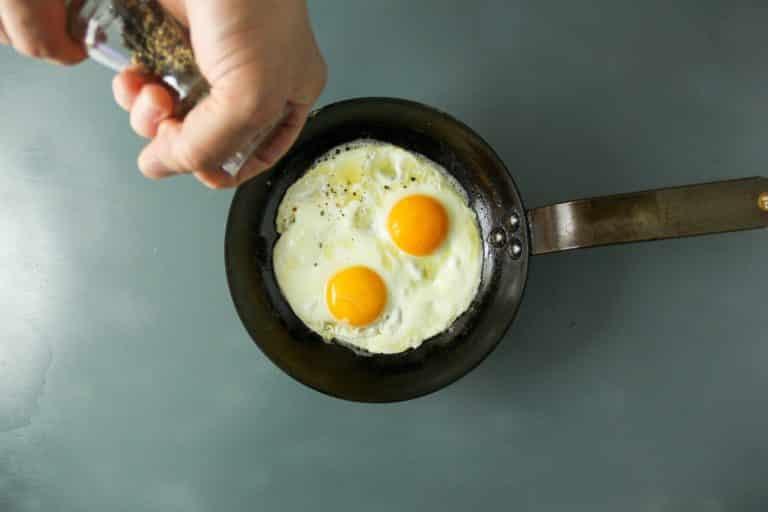 Nel frattempo fare le uova in cereghin facendo sciogliere Vallé Naturalmente e quando comincia a soffriggere mettere le uova all'occhio di bue. Aggiustare di sale e pepe
