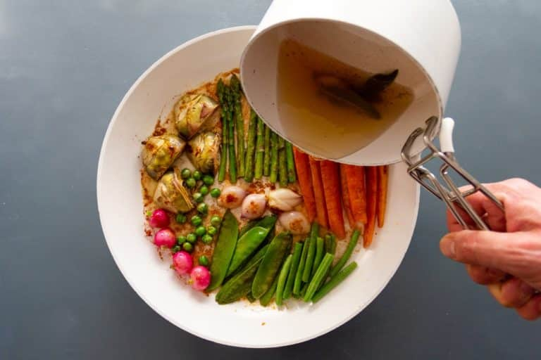 Mettere a freddo in una casseruola le verdure lavate e tagliate con Vallé Naturalmente e arrostire con coperchio per 10 minuti ( devono risultare croccanti)
