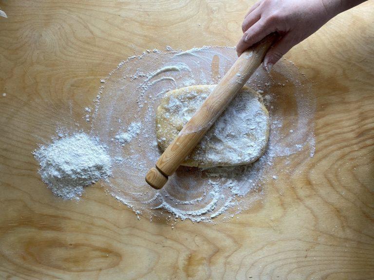 Lavorare tutti gli ingredienti velocemente fino a quando si otterrà una palla. Coprirla con una pellicola e metterla in frigo a riposare. Poi stendere la frolla con un mattarello