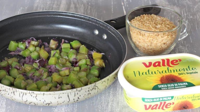 Accendete il forno a 180°C. Tritate finemente la cipolla e tagliate gli asparagi a tocchetti lunghi 1 cm. Mettete le verdure in padella con un po' di timo, sale, pepe e 5 gr di Vallé Naturalmente, fate cuocere a fiamma dolce per 5 minuti