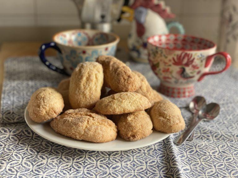 Infornare a 170° a metà altezza nel forno per 15 minuti. (Attenzione, la presenza dell'ammoniaca farà sprigionare durante la cottura un forte odore, ma niente paura, appena freddi i biscotti, l'odore scomparirà del tutto)
