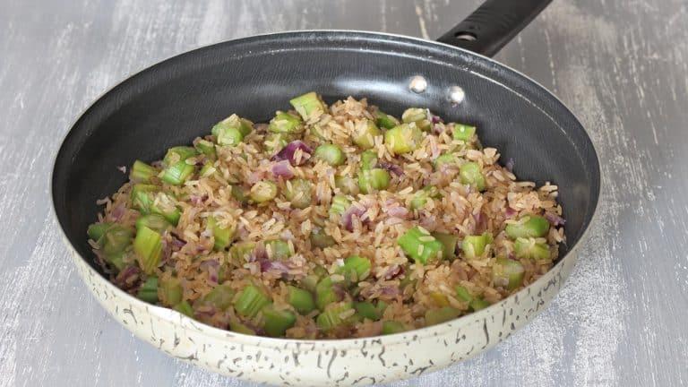 Unite il riso e alzate appena la fiamma, mescolate continuamente per 2 minuti per farlo tostare poi spegnete
