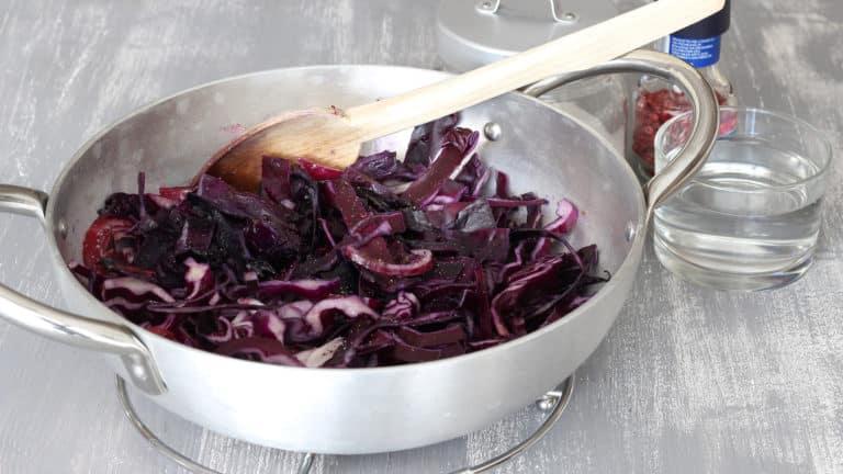 Appena le verdure sono morbide, aggiustate di sale e pepe e aggiungete l'acqua calda. Coprite con un coperchio e lasciate cuocere per 10 minuti