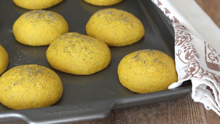 Accendete il forno a 200°C e quando sarà in temperatura infornate i panini. Lasciateli cuocere per 20 minuti, quindi sfornate e servite