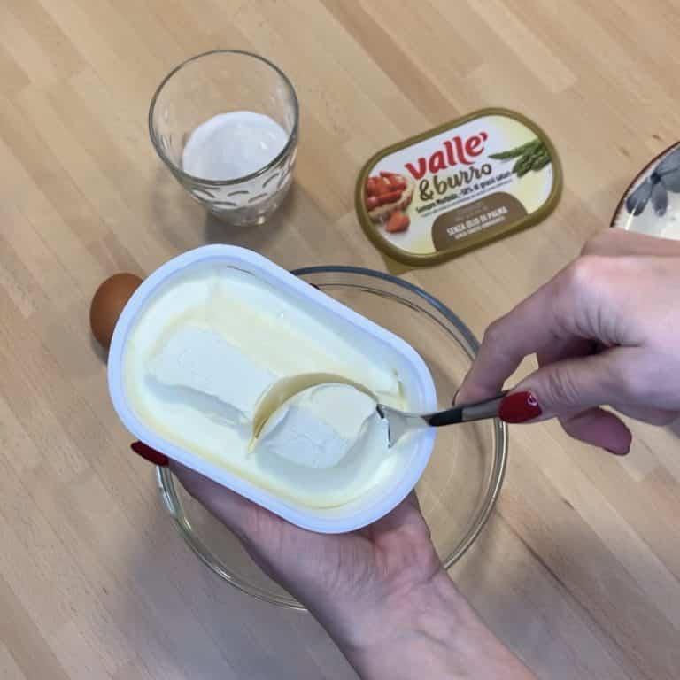 Prendiamo una ciotola ed inseriamo Vallè&Burro prelevandolo dalla vaschetta con un cucchiaio, sarà già morbidissimo! <br />