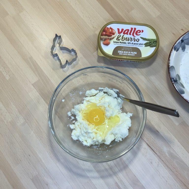 Uniamo lo zucchero ed amalgamiamo grazie a una forchetta. Quando ben omogeneo uniamo l'uovo e mescoliamo