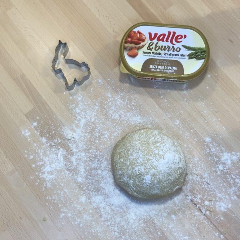 Uniamo infine la farina, il lievito e il sale. Quando inizia a rapprendersi spostiamo il composto su un tavolo e lavoriamo con le mani. Poniamo in frigorifero a raffreddare per bene per circa 30 minuti