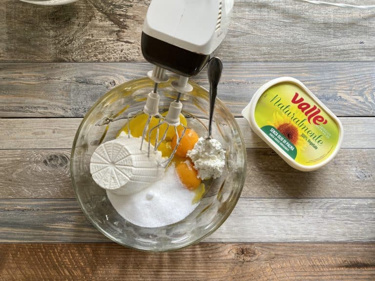 Nella ciotola dei tuorli aggiungere lo zucchero, la ricotta e Vallé Naturalmente