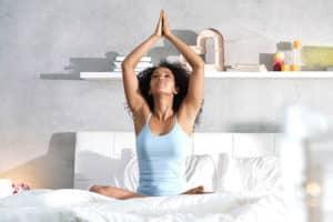 Mantenere le buone abitudini ragazza che fa yoga