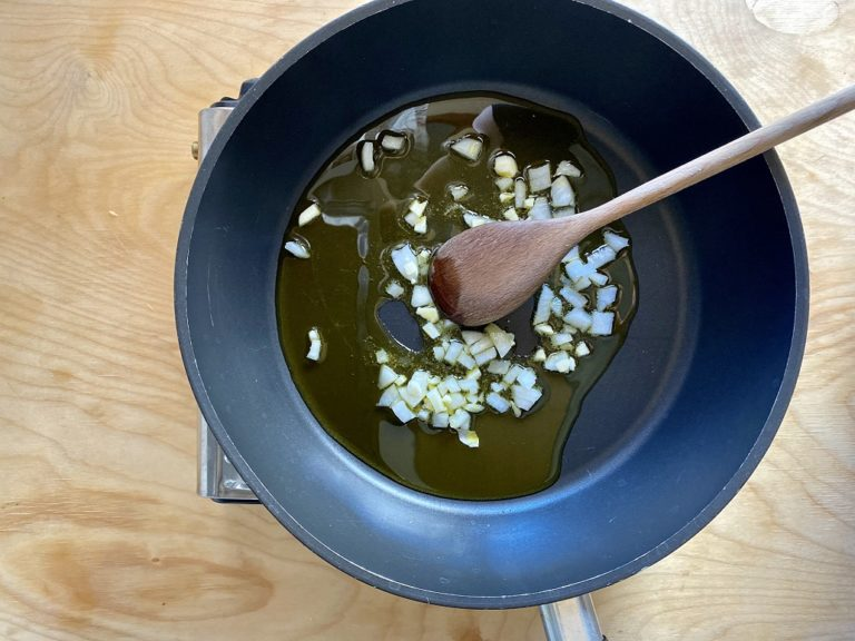 In una padella far appassire la cipolla e l'aglio tagliati a pezzettini