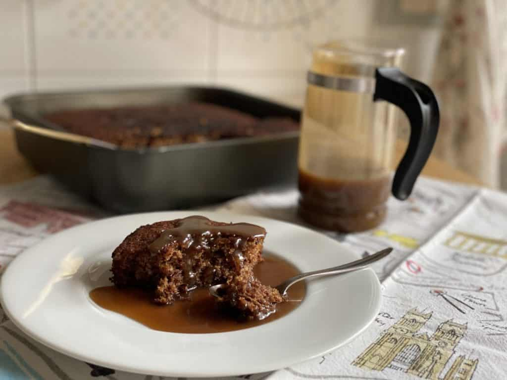 Sticky toffee pudding con crema al caramello