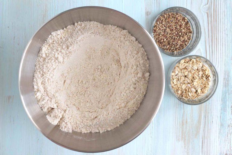 Mettete in una ciotola (o nella planetaria) la farina con i semi e i fiocchi di avena