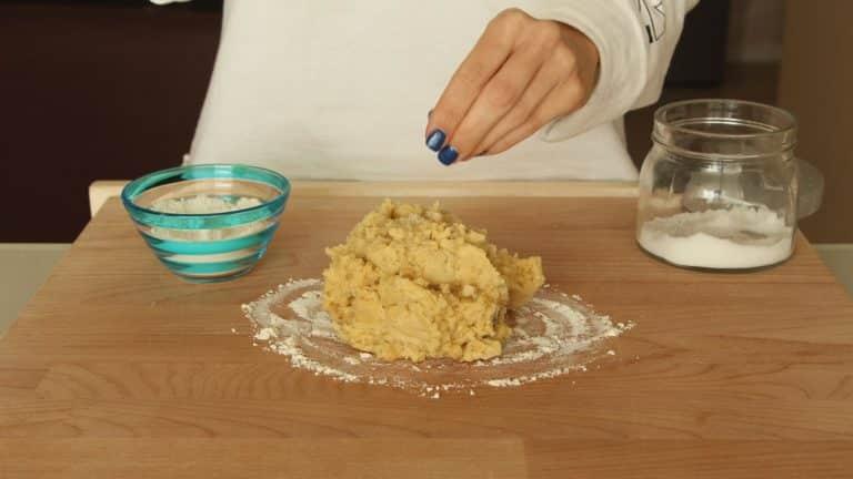 Frullate i ceci fino a ottenere una purea omogenea, che verserete su un tagliere cosparso di farina. Aggiungete il sale e la farina